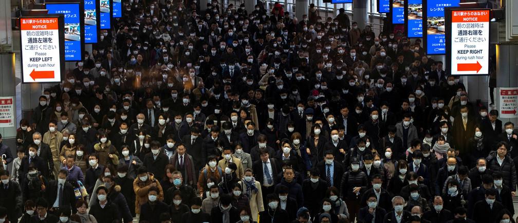 Multitudes con máscaras protectoras, después de un brote del coronavirus, se ven en la estación de Shinagawa en Tokio, Japón, el 2 de marzo de 2020.