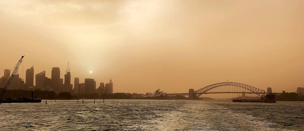 Smoke from bushfires shrouds the skyline in Sydney, Australia November 12, 2019.  REUTERS/John Mair - RC2K9D90IBU9