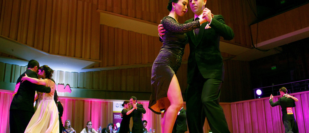 Couples compete in the Salon Tango style qualifier round at the 13th edition of the Tango World Championship in Buenos Aires, Argentina, August 22, 2016. REUTERS/Enrique Marcarian - RTX2MLK7