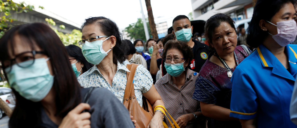 People line up to buy hand sanitiser and masks at a government pharmacy store in Bangkok, Thailand, March 6, 2020. REUTERS/Soe Zeya Tun - RC23EF9CNC6C