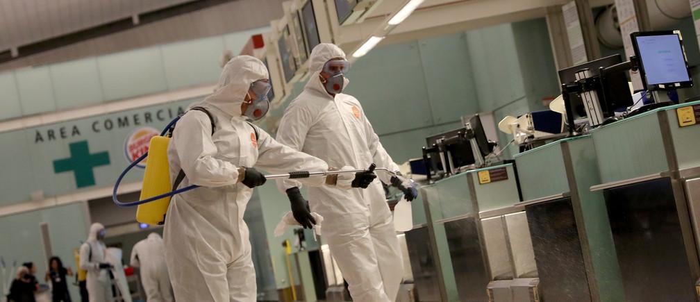 Des membres de l'Unité militaire d'urgence (UME) désinfectent l'aéroport Josep Tarradellas Barcelona-El Prat lors d'un confinement partiel dans le cadre d'un état d'urgence de 15 jours pour lutter contre l'épidémie de coronavirus (COVID-19) à Barcelone, en Espagne, le 19 mars 2020.
