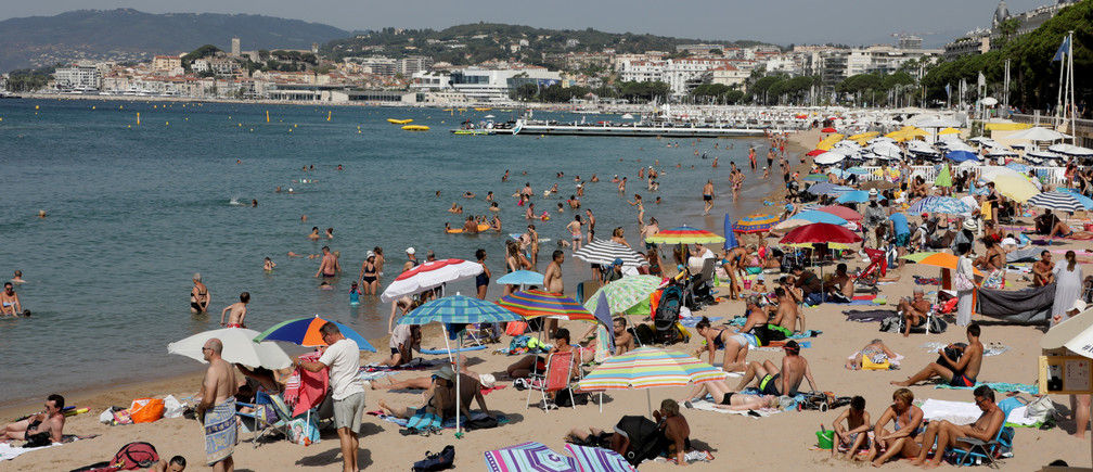 People enjoy the sun on a Croisette beach in Cannes, France August 1, 2017. REUTERS/Eric Gaillard - RC1D80597360