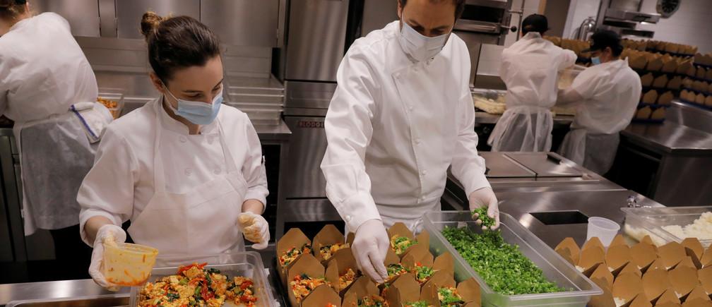 El chef y propietario Daniel Humm trabaja para llenar cajas de comida para donar en la cocina del restaurante con estrellas Michelin Eleven Madison Park mientras continúa el brote de la enfermedad coronavirus (COVID19) en el distrito de Manhattan de Nueva York, EE.UU., el 20 de mayo de 2020.