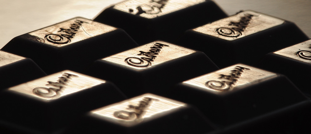 The Cadburys logo is seen on a bar of chocolate December 14, 2009. Cadbury teased shareholders with the prospect of rival bids and promised bigger dividends and stronger growth as it again knocked back a 10 billion pound ($16.2 billion) offer from Kraft Foods, on Monday.   REUTERS/Toby Melville (BRITAIN - Tags: BUSINESS EMPLOYMENT) - RTXRUIG