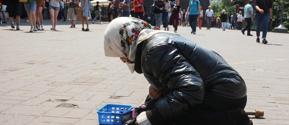 A woman begs for money in central Kiev, Ukraine, May 31, 2019.  REUTERS/Gleb Garanich - RC11F7819160