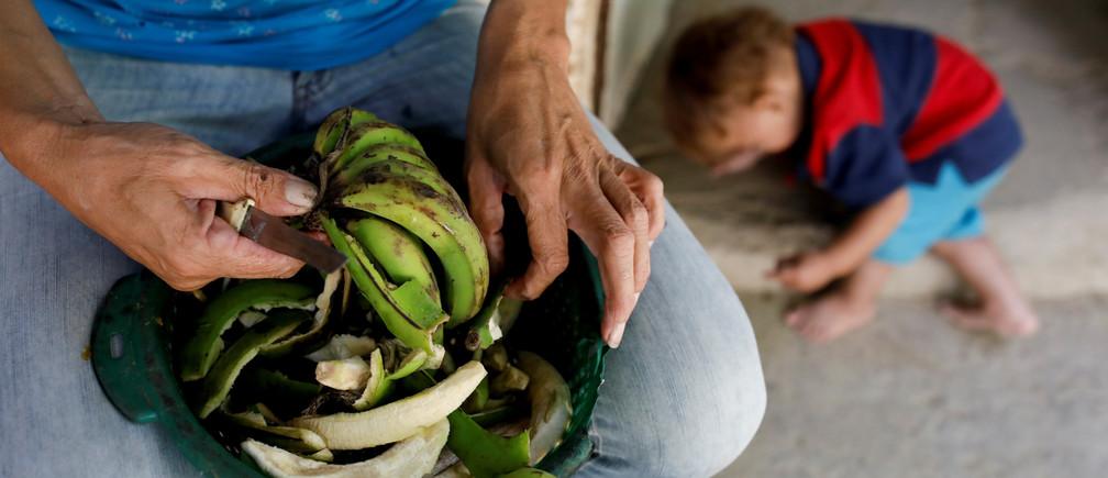 Maira Guitia, la abuela de Yeibe Medina prepara plátanos en su casa cerca de San Francisco de Yare, Venezuela, el 20 de febrero de 2019.