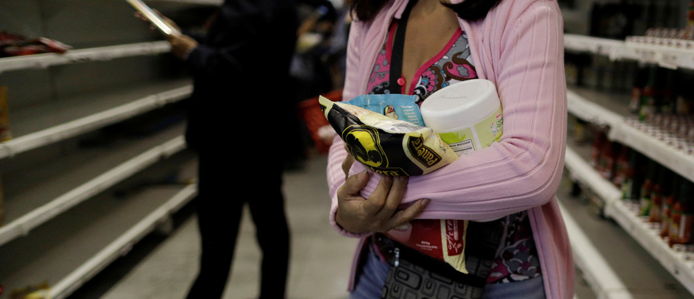 People buy food and other staple goods inside a supermarket in Caracas, Venezuela, July 25, 2017. REUTERS/Ueslei Marcelino - RC12748A2570
