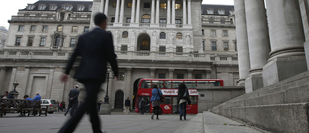 Commuters walk past the Bank of England in London, Britain October 7, 2016.  REUTERS/Peter Nicholls - RTSR6X2