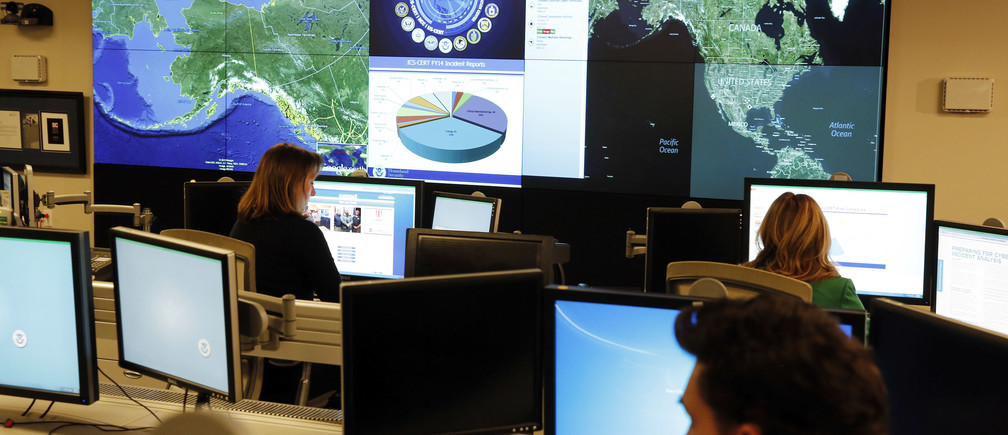 Department of Homeland Security workers at the National Cybersecurity and Communications Integration Center in Arlington, Virginia, January 13, 2015.     REUTERS/Larry Downing   (UNITED STATES - Tags: POLITICS SCIENCE TECHNOLOGY CRIME LAW MILITARY) - RTR4LBN0