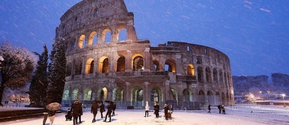 The ancient Colosseum is seen during a heavy snowfall early in the morning in Rome, Italy February 26, 2018. REUTERS/Remo Casilli