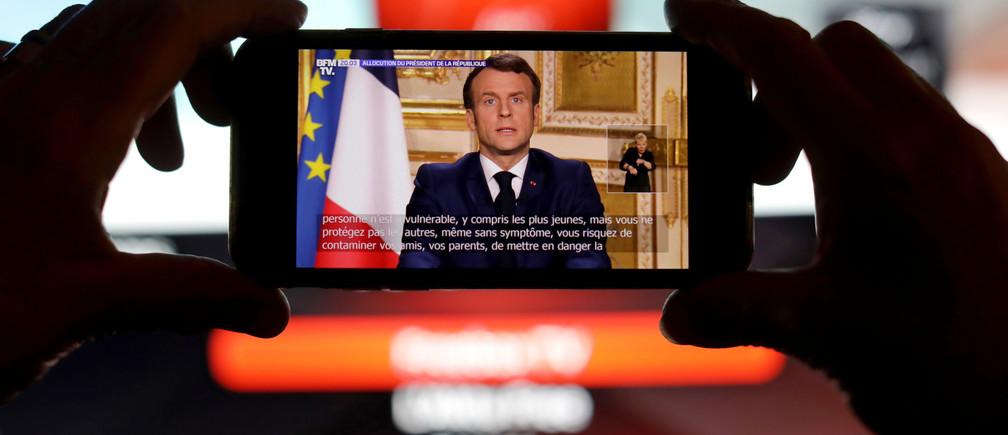 Le président français Emmanuel Macron s'adresse à la nation au sujet de l'épidémie de coronavirus (COVID-19), sur un écran de téléphone portable, dans cette illustration prise le 16 mars 2020.