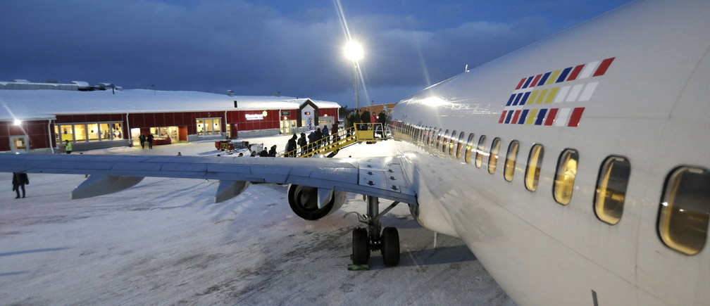 People board in SAS aircraft in the Kiruna airport, Sweden, December 16, 2015. REUTERS/Ints Kalnins - GF10000268144