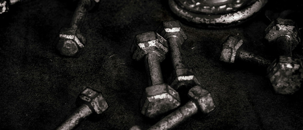 - PHOTO TAKEN 12OCT05 - Lifting weights sit on the floor at a gym in Sydney, Australia October 12, 2005. - PBEAHUNPEAK