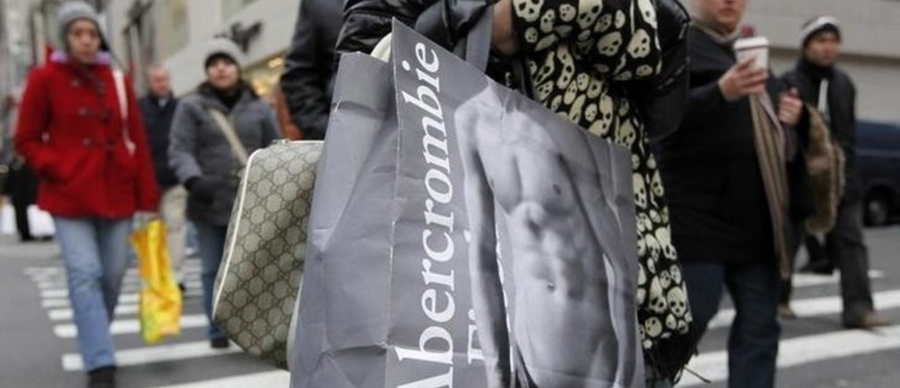 Shoppers carry bags as they walk down Fifth Avenue in New York, December 6, 2008. U.S. consumers struggling with recession were willing to shop more for clothes in November because of extreme discounting and colder weather after months of avoiding apparel purchases. Shares of Abercrombie & Fitch rose as high as 13 percent even though a 28 percent drop in November same-store sales was below Wall Street estimates.    REUTERS/Chip East (UNITED STATES)