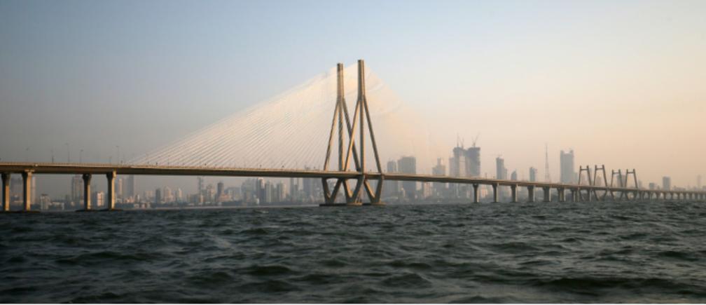 インド・ムンバイから展望するアラビア海に浮かぶバンドラウォーリ・シーリンク