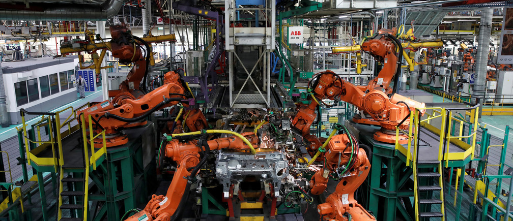 Robots assemble Renault and Nissan automobiles on the production line at the Renault SA car factory in Flins, near Paris, France, February 23, 2017. REUTERS/Benoit Tessier - RTS100DV