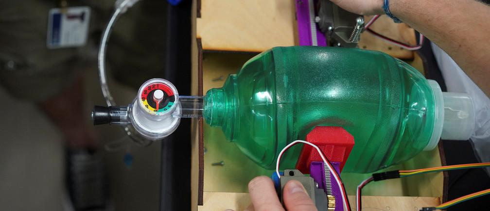 Ingenieros de la Universidad Rice muestran un ventilador de bajo costo que diseñaron y que esperan pueda ser utilizado para tratar a pacientes con enfermedad coronavirus (COVID-19) en Houston, Texas, EE.UU. el 29 de marzo de 2020.