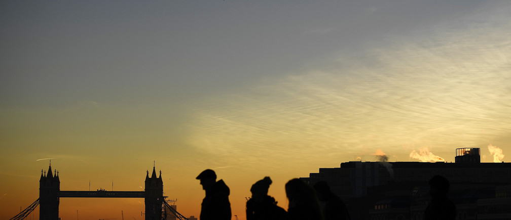 Commuters make their way across the London Bridge as the sun rises over London, Britain November 30, 2016.   REUTERS/Dylan Martinez  TPX IMAGES OF THE DAY   - RTSTYXA
