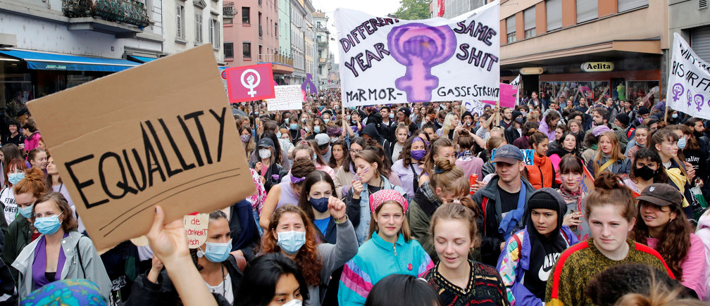 Swiss women march to demand more equality and the end of violence against women during a demonstration, amid the coronavirus disease (COVID-19) outbreak, in Zurich, Switzerland June 14, 2020.     REUTERS/Arnd WIegmann - RC259H9HCKI8