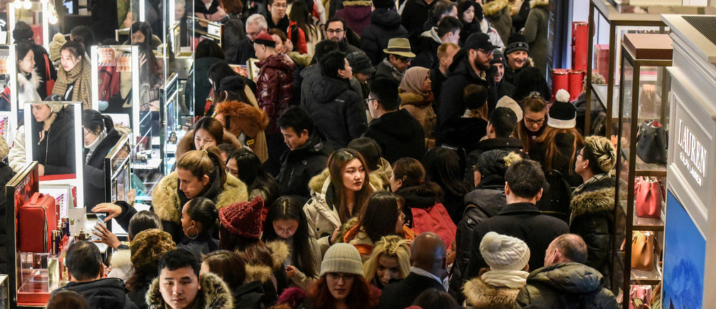 A large crowd of people shop during a Black Friday sales event at Macy's flagship store on 34th St. in New York City, U.S., November 22, 2018. REUTERS/Stephanie Keith     TPX IMAGES OF THE DAY - RC1EA7186260