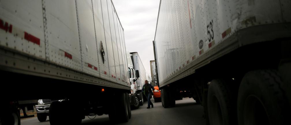 Trailers are queued for border customs control at Zaragoza-Ysleta border crossing bridge, in Ciudad Juarez, Mexico January 16, 2020. REUTERS/Jose Luis Gonzalez - RC2AHE9MA4TJ