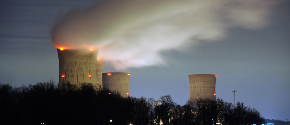 The Three Mile Island nuclear power plant, where the U.S. suffered its most serious nuclear accident in 1979, is seen across the Susquehanna River in Middletown, Pennsylvania in this night view taken March 15, 2011. U.S. regulators should press ahead with approving construction licenses for new nuclear power plants despite Japan's nuclear crisis, President Barack Obama's top energy official Energy Secretary Steven Chu said on Tuesday.  REUTERS/Jonathan Ernst    (UNITED STATES - Tags: ENERGY DISASTER ENVIRONMENT BUSINESS IMAGES OF THE DAY) - GM1E73G0V4I01