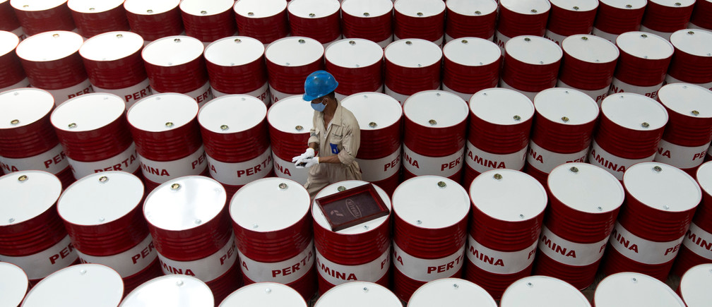 A worker prepares to label barrels of lubricant oil at the state oil company Pertamina's lubricant production facility in Cilacap, Central Java, Indonesia November 6, 2017 in this photo taken by Antara Foto. Picture taken November 6, 2017.  Antara Foto/Rosa Panggabean/ via REUTERS ATTENTION EDITORS - THIS IMAGE WAS PROVIDED BY A THIRD PARTY. MANDATORY CREDIT. INDONESIA OUT. - RC1BF846B690