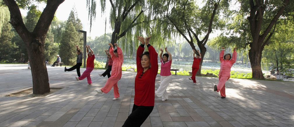 People practise tai chi, a Chinese martial art, during morning exercises at Longtan Park in Beijing September 13, 2010. REUTERS/Grace Liang (CHINA - Tags: SOCIETY) - GM1E69D0Z0401
