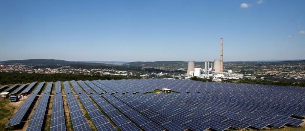 A general view shows solar panels to produce renewable energy at the Urbasolar photovoltaic park in Gardanne, France, June 25, 2018.    REUTERS/Jean-Paul Pelissier - RC1C346E9F20