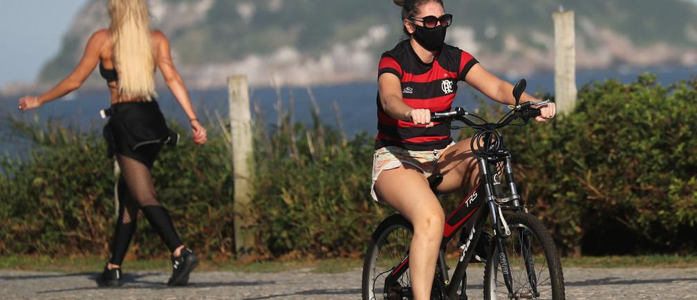 Una mujer anda en bicicleta junto a la playa de Barra da Tijuca, en medio del brote de la enfermedad coronavirus (COVID-19) en Río de Janeiro, Brasil, el 25 de mayo de 2020.