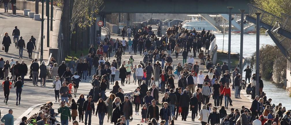 Les gens profitent d'un dimanche ensoleillé sur les rives de la Seine après que le Premier ministre français ait annoncé la fermeture de la plupart des lieux non indispensables, cafés, restaurants, cinémas, boîtes de nuit et magasins, alors que la France est aux prises avec une épidémie de maladie à coronavirus (COVID-19), à Paris, France, le 15 mars 2020.