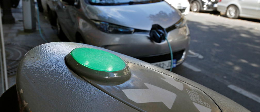 An electric car is being charged in a Paris street, France, September 12, 2017. Picture taken September 12, 2017. REUTERS/Philippe Wojazer - RC113CA61AA0