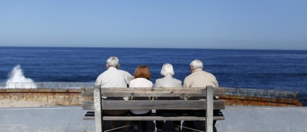 A pair of elderly couples view the ocean and waves along the beach in La Jolla, California March 8, 2012.  REUTERS/Mike Blake   (UNITED STATES - Tags: ENVIRONMENT SOCIETY TPX IMAGES OF THE DAY)