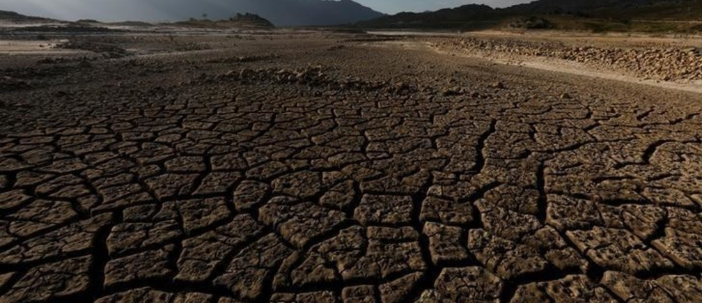 """Sand blows across a normally submerged area at Theewaterskloof dam near Cape Town, South Africa, January 21, 2018. The dam, which supplies most of Cape Town's potable water, is currently dangerously low as the city faces """"Day Zero"""", the point at which taps will be shut down accross the city.  Picture taken January 21, 2018. REUTERS/Mike Hutchings"""