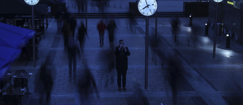 Workers walk to work during the morning rush hour in the financial district of Canary Wharf in London, Britain, January 26, 2017.  REUTERS/Eddie Keogh - RTSXGBH