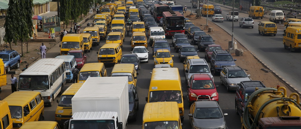 Heavy traffic passes through the Lagos-Abeokuta expressway in Ikeja district in Nigeria's commercial capital Lagos April 12, 2016.REUTERS/Akintunde Akinleye - GF10000389371