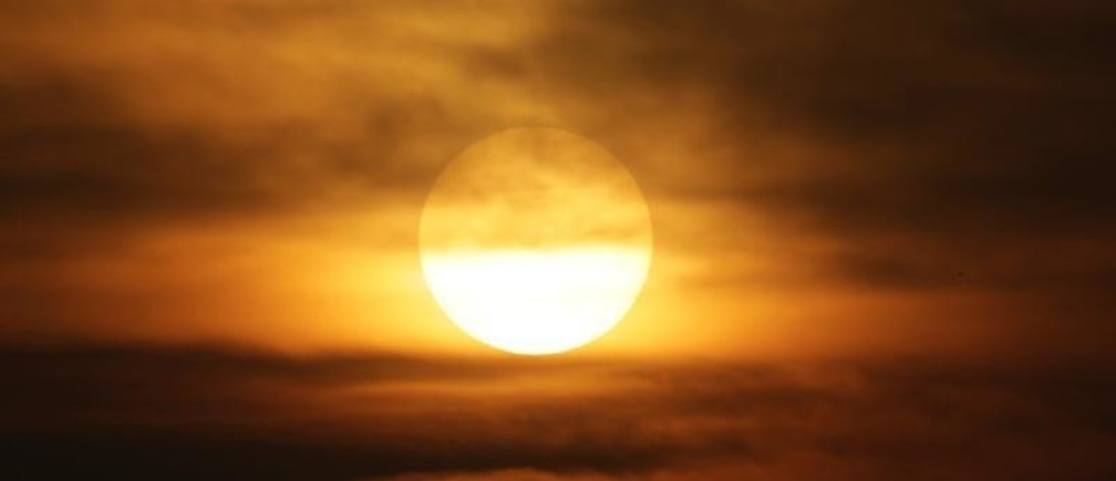 Sun is seen in smog during sunset on a polluted day as a red alert for air pollution is issued in Beijing, China, December 16, 2016. REUTERS/Jason Lee - RC1BDC154510