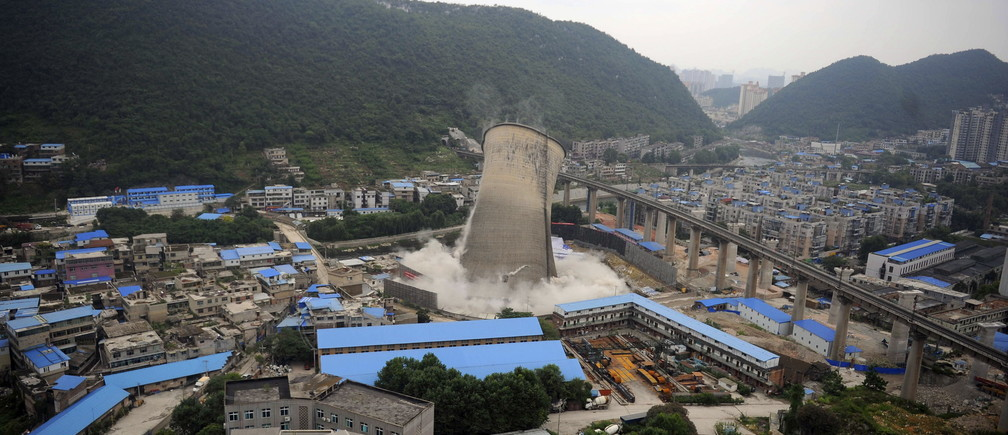 A cooling tower of a coal-burning power plant topples during a controlled demolition in Guiyang, Guizhou province, China, July 22, 2015.  Picture taken July 22, 2015. REUTERS/Stringer CHINA OUT. NO COMMERCIAL OR EDITORIAL SALES IN CHINA           TPX IMAGES OF THE DAY      - GF10000167453