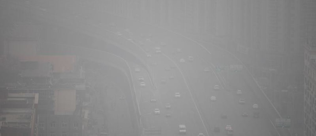 Vehicles drive on a highway amid smog in Zhengzhou, Henan province, China January 16, 2018. Picture taken January 16, 2018. REUTERS/Stringer ATTENTION EDITORS - THIS IMAGE WAS PROVIDED BY A THIRD PARTY. CHINA OUT. - RC13E9A17380