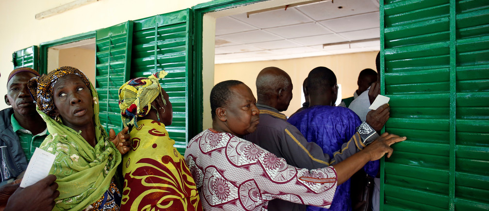 People stand in line as they wait to cast their vote for the presidential election at a polling station in Bamako, Mali July 29, 2018. REUTERS/Luc Gnago - RC19B68776C0