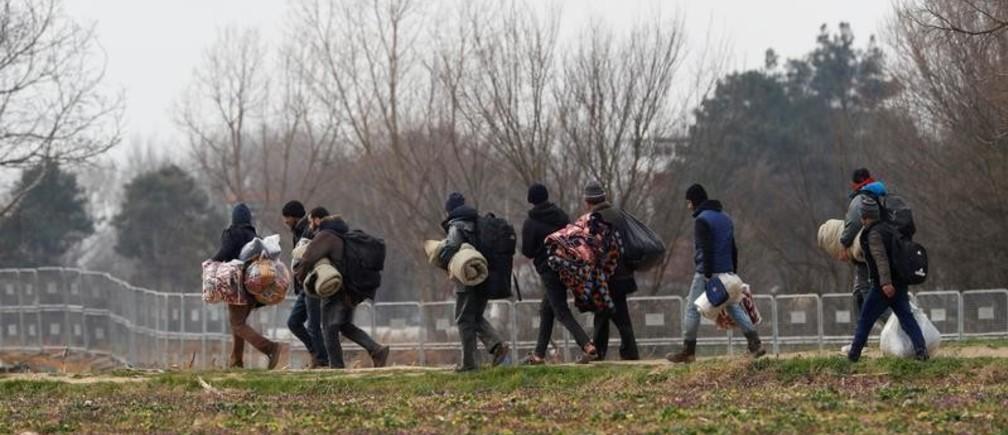 Migrant carrying their belongings walk near the Turkey's Pazarkule border crossing with Greece's Kastanies, near Edirne, Turkey, March 4, 2020. REUTERS/Leonhard Foeger - RC2YCF981IE4