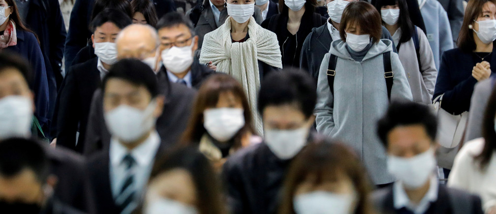 People wear face masks at Shinagawa station during the rush hour after the government expanded a state of emergency to include the entire country following the coronavirus disease (COVID-19) outbreak, in Tokyo, Japan, April 20, 2020.REUTERS/Kim Kyung-Hoon     TPX IMAGES OF THE DAY - RC208G9LDBRT