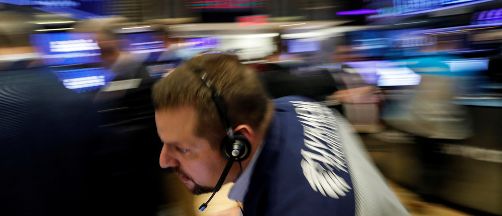 Traders work on the floor of the New York Stock Exchange (NYSE) in New York, U.S., October 30, 2018. REUTERS/Brendan McDermid - RC15B064B7E0