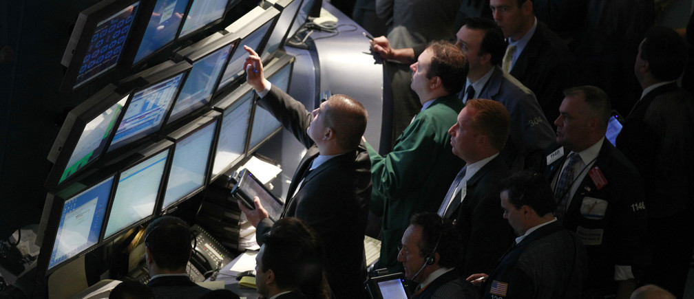 Floor traders gather at the NYSE's Operations Control Center on the floor of the New York Stock Exchange, May 25, 2010. REUTERS/Brendan McDermid (UNITED STATES - Tags: BUSINESS) - GM1E65P1UJV01