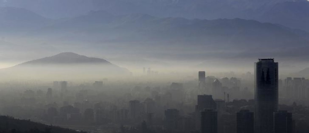 Smog shrouds Chile's capital Santiago, June 22, 2015. Chilean authorities declared an environmental emergency for the Santiago metropolitan region for Monday, forcing more than 900 industries to temporarily shut down and about 40 percent of the capital's 1.7 million cars off the roads. The emergency, the first since 1999, will be in place for 24 hours and can be extended further if authorities deem conditions have not improved. REUTERS/Ueslei Marcelino      TPX IMAGES OF THE DAY