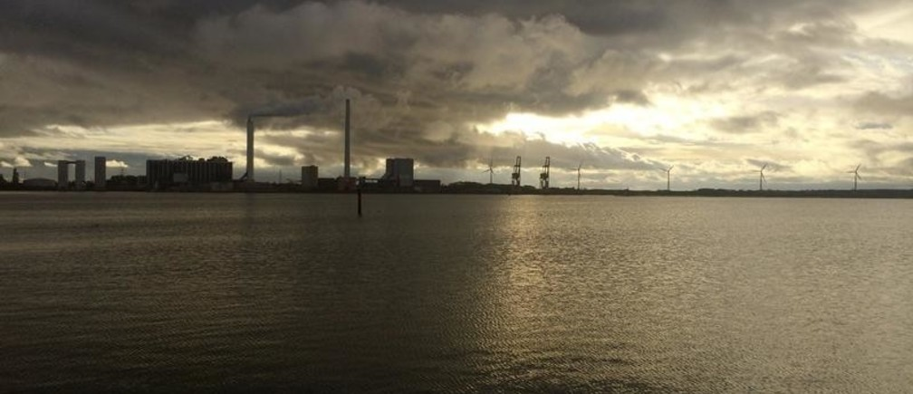 A general view shows DONG Energy's power station, which provides steam, ash and gypsum as waste products to other companies for their use in Kalundborg, Denmark, November 20, 2015. As pioneers of so-called industrial symbiosis, these companies swap waste and byproducts to cut costs and carbon dioxide (CO2) emissions profitably -- an approach that offers big business a financial incentive that could be crucial to nations striving to meet targets agreed at this month's global climate summit. Their success has attracted attention globally, with more than 30 corporate and municipal delegations from 20 countries visiting the town this year, including mayors from China's fast-growing Guandong province. To match story INDUSTRY-EMISSIONS/    REUTERS/Sabina Zawadzki - GF10000270461