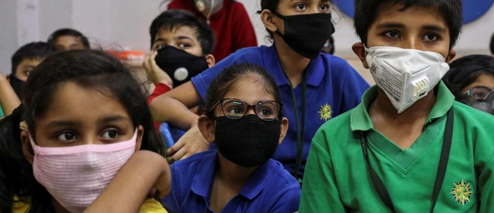 Estudiantes con máscaras protectoras asisten a una conferencia como parte de una campaña de concienciación sobre el coronavirus en una escuela de Calcuta, India, el 6 de marzo de 2020.