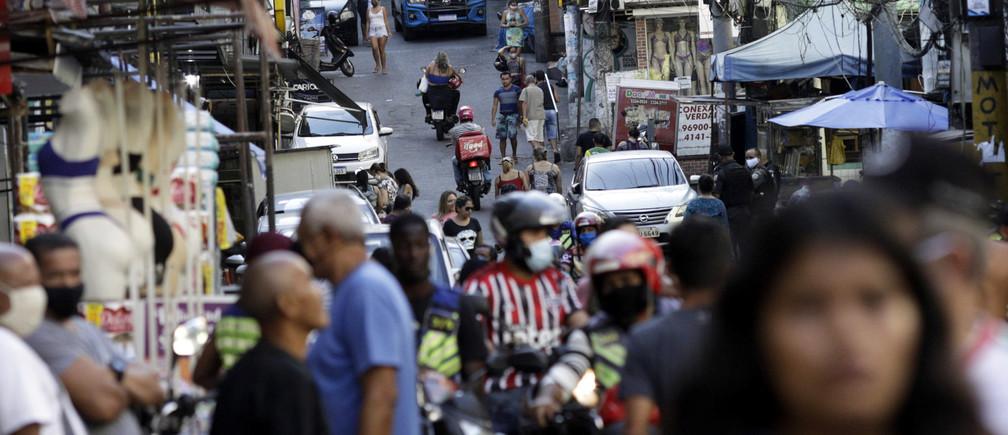 La gente se reúne en una calle de la favela de Rocinha durante el brote de la enfermedad coronavirus (COVID-19), en Río de Janeiro, Brasil, el 29 de abril de 2020.