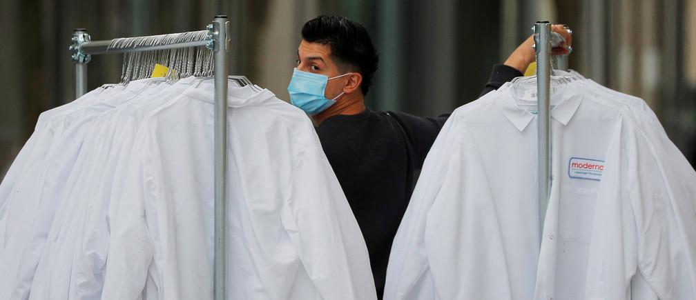 Un trabajador entrega batas de laboratorio protectoras a la sede de Moderna Therapeutics, que está desarrollando una vacuna contra la enfermedad del coronavirus (COVID-19), en Cambridge, Massachusetts, EE.UU., el 18 de mayo de 2020.