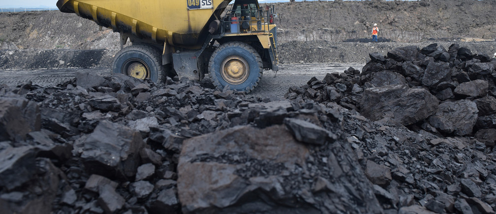 A truck carries coal at PT Adaro Indonesia coal mining in Tabalong, Kalimantan island, Indonesia October 17, 2017. Picture taken October 17, 2017. Antara Foto/Prasetyo Utomo via REUTERS    ATTENTION EDITORS - THIS IMAGE HAS BEEN SUPPLIED BY A THIRD PARTY. MANDATORY CREDIT. INDONESIA OUT. NO COMMERCIAL OR EDITORIAL SALES IN INDONESIA. - RC1DD0A792D0